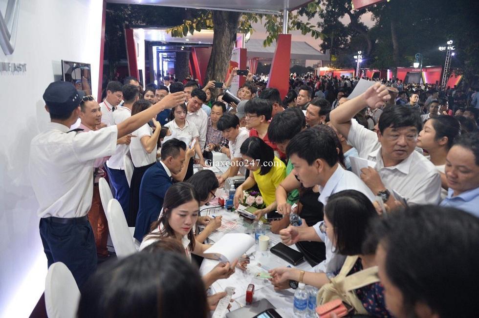Nguoi dan ha noi xep hang mua xe Vinfast - Vinfast Chevrolet Quảng Ninh