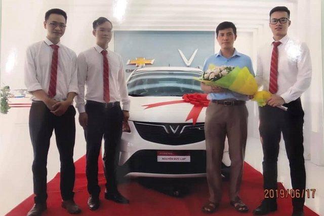 Khach hang nhan xe VinFast 640x426 - VinFast Chevrolet Thăng Long - 68 Trịnh Văn Bô