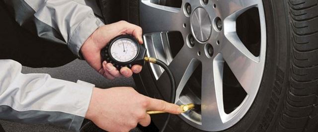 kiem tra lop xe o to truoc khi khoi hanh1 - Những lưu ý khi sử dụng ô tô sau giãn cách